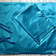 Fronhas Turquesas:  - Modelo Fitas (em baixo)  - Modelo envelope (em cima, dobrado)