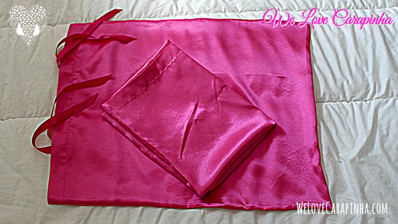 Fronhas Rosas:  - Modelo Fitas (em baixo)  - Modelo envelope (em cima, dobrado)